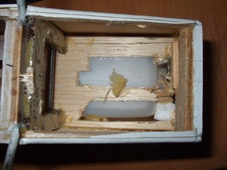 pohled na vnitřní přepážku - v díře prosvítá nádrž